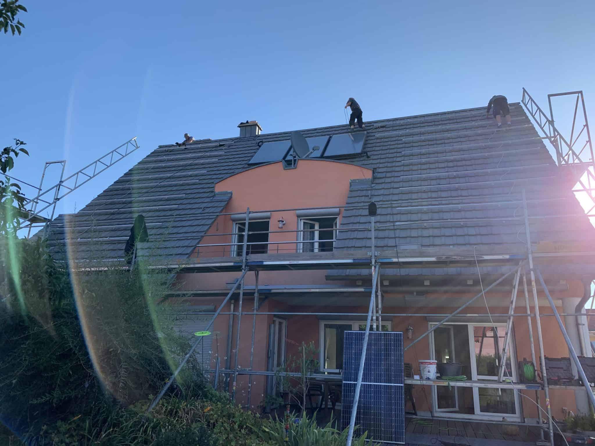 Montagearbeiten auf dem Dach